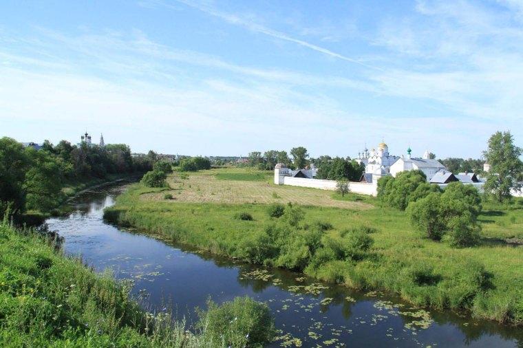 Sur la rive de la Kamenka, vue sur le Monastère de l'Intercession